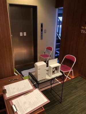 待合室に入る前に問診票の記入をし、手指のアルコール消毒、スタッフによる検温を行い感染の疑いがなければ待合室に入室